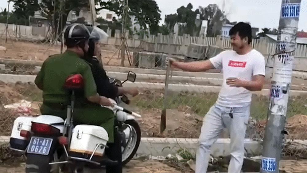 Tài xế cầm hung khí đuổi theo xe tải gây xôn xao cộng đồng mạng